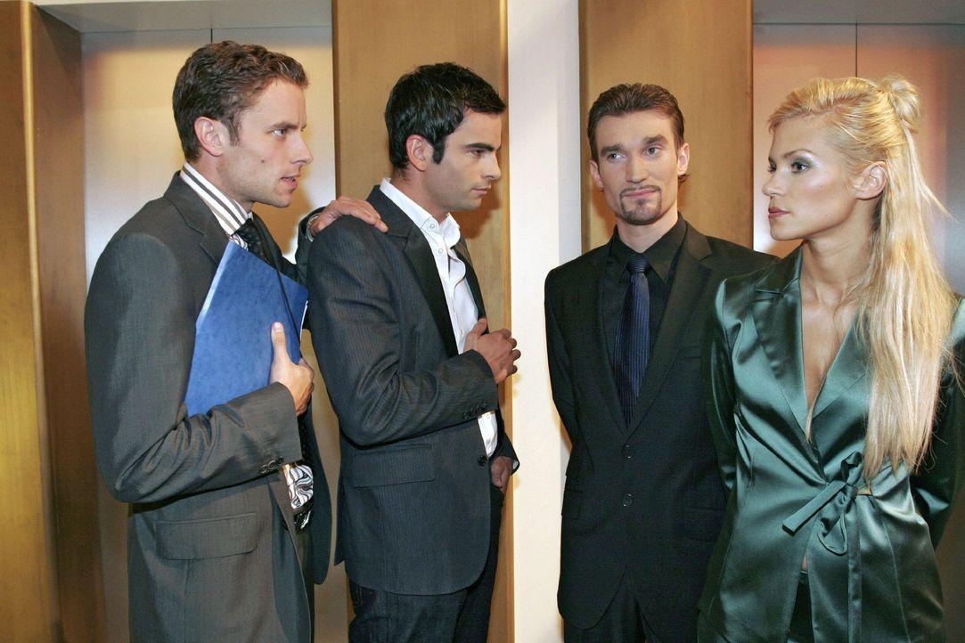 Vor dem Aufzug treffen David (Mathis Künzler, 2.v.l.) und Max (Alexander Sternberg, l.) auf Richard (Karim Köster, 2.v.r.) und Sabrina Hofmann (Ni... - Bildquelle: Noreen Flynn Sat.1