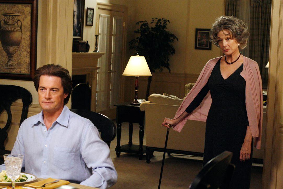 Gloria (Dixie Carter, r.) genießt den Sieg über ihren Sohn Orson (Kyle MacLachlanin, l.) ... - Bildquelle: 2005 Touchstone Television  All Rights Reserved
