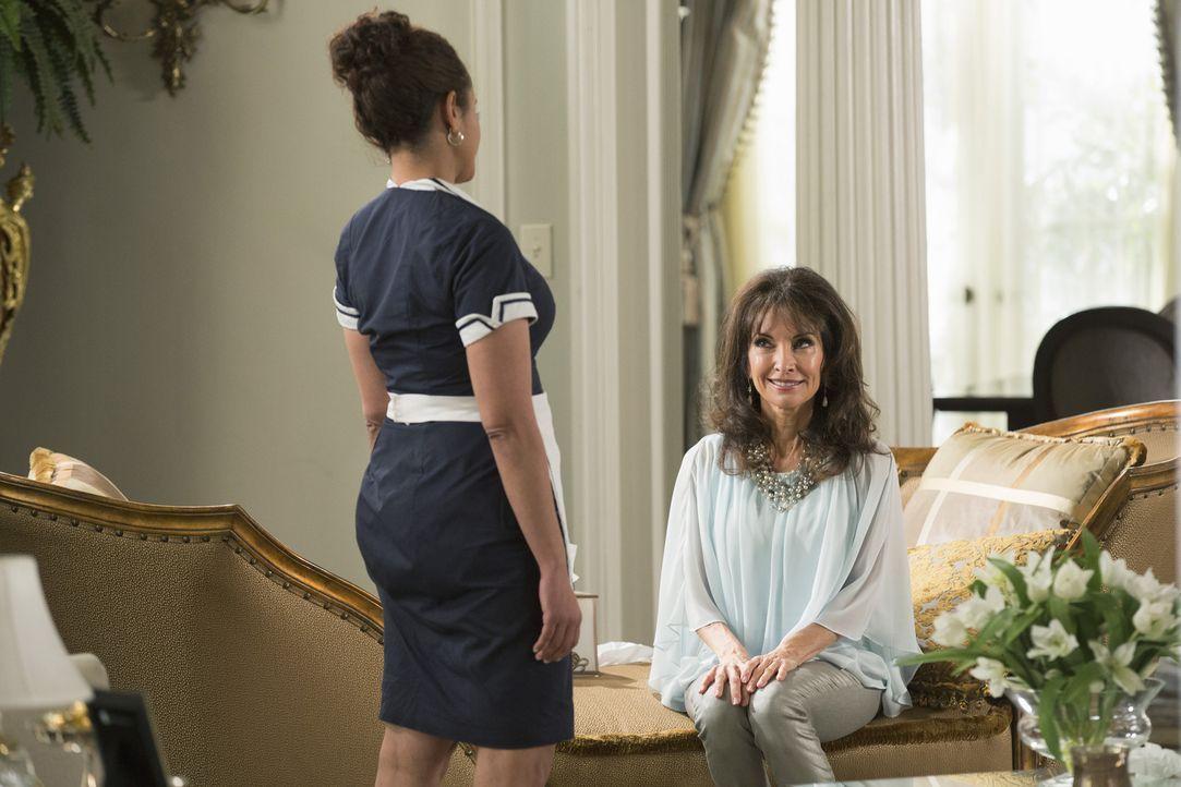 Eigentlich wollte Zoila (Judy Reyes, l.) Javier ein Geheimnis anvertrauen, aber Genevieve (Susan Lucci, r.) macht ihr, auf gewisse Weise, einen Stri... - Bildquelle: 2014 ABC Studios