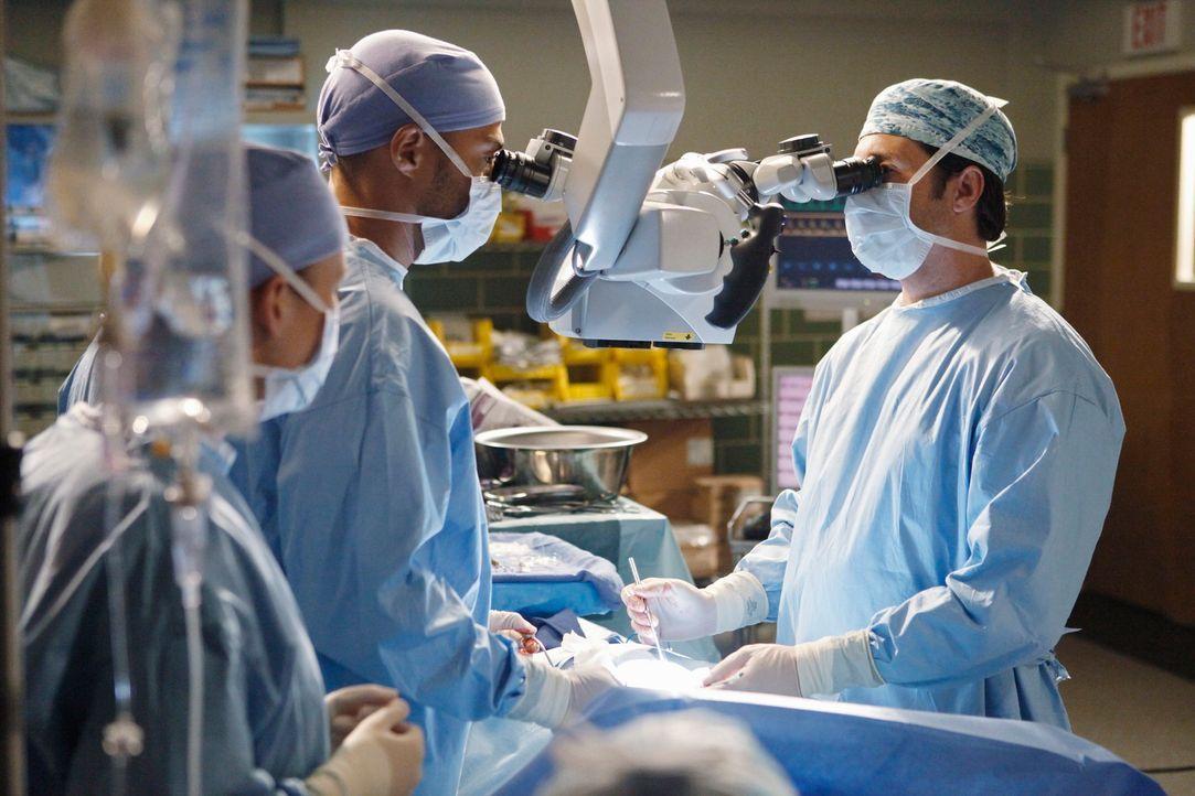 Versuchen Isaac zu retten, indem sie den Tumor an der Wirbelsäule entfernen wollen: Dr. Jackson Avery (Jesse Williams, M.) und Derek (Patrick Dempse... - Bildquelle: Touchstone Television