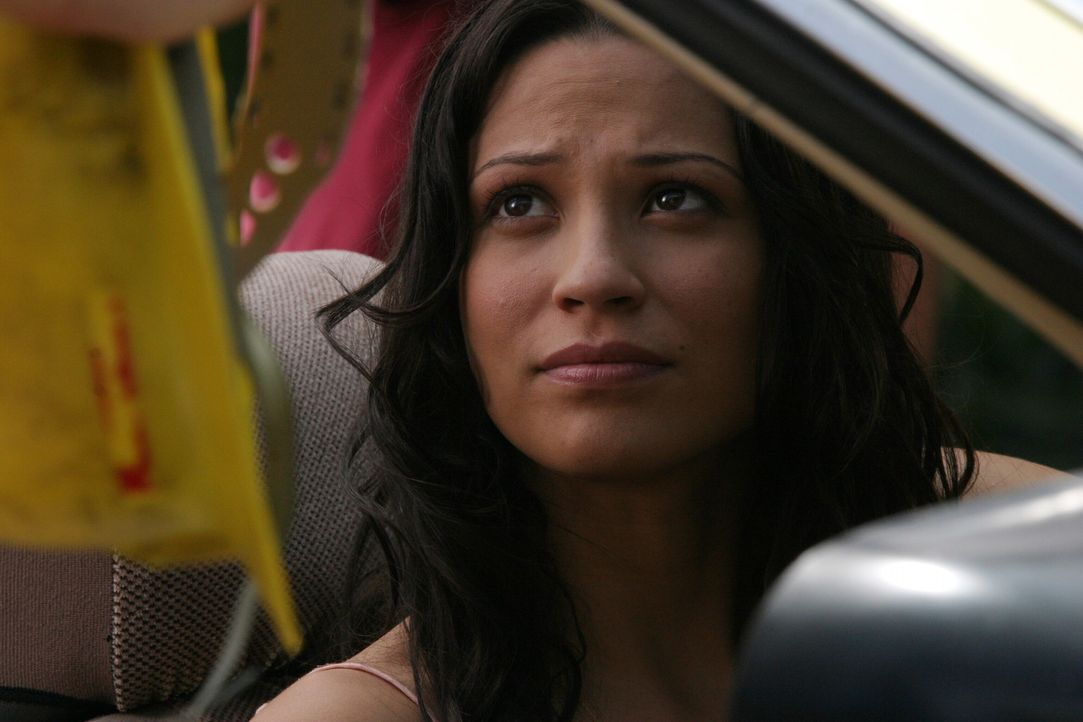 Um Ryans Leben nicht zu zerstören, hat Theresa (Navi Rawat) einen eigenartigen Plan ... - Bildquelle: Warner Bros. Television