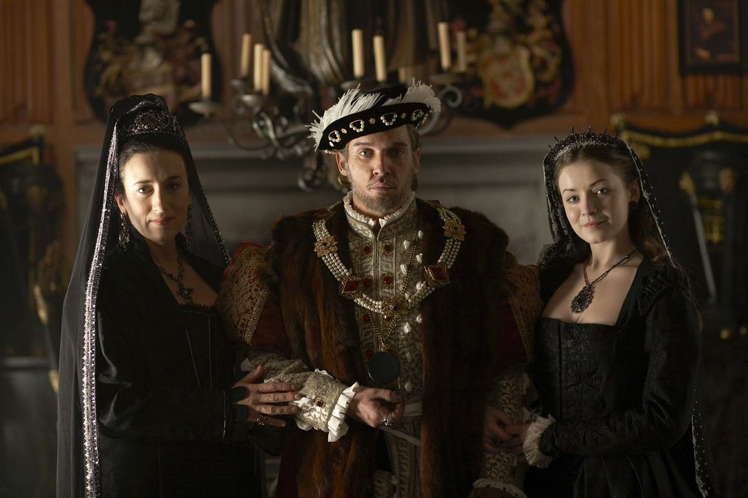 Im Angesicht des Todes beginnt König Henry VIII. (Jonathan Rhys Meyers, M.) zu fantasieren und sieht seine erste Ehefrau Königin Katharina von Ara... - Bildquelle: 2010 TM Productions Limited/PA Tudors Inc. An Ireland-Canada Co-Production. All Rights Reserved.