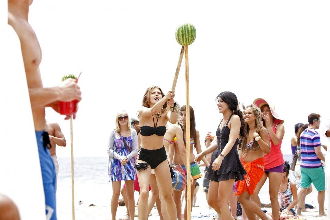 Genießen die letzten Ferientage am Strand: Naomi (AnnaLynn McCord, 3.v.l.) und Annie (Shenae Grimes, 4.v.r.) - Bildquelle: TM &   2011 CBS Studios Inc. All Rights Reserved.