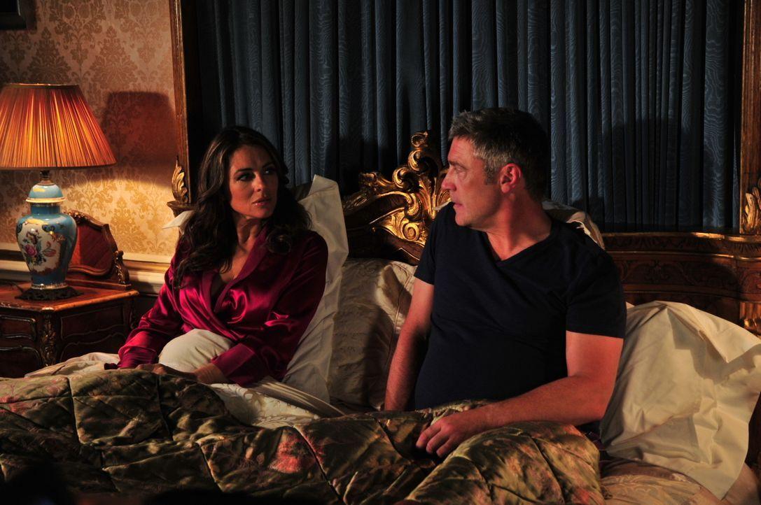 Ein etwas anderes Königspaar: König Simon (Vincent Regan, r.) und Königin Helena (Elizabeth Hurley, l.) ... - Bildquelle: 2014 E! Entertainment Media LLC/Lions Gate Television Inc.