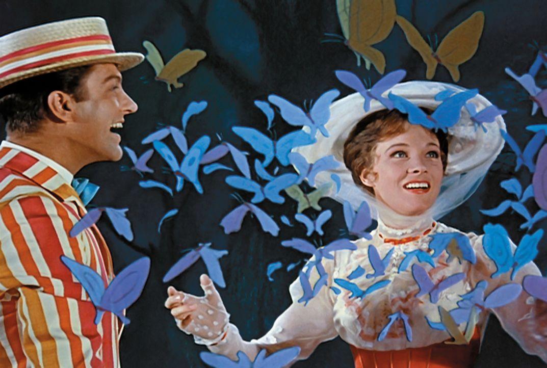 Kindermädchen Mary Poppins (Julie Andrews, r.) und Lebenskünstler Bert (Dick van Dyke, l.) entführen Michael und Jane Banks in eine geheimnisvolle W... - Bildquelle: Walt Disney Company. All Rights Reserved.