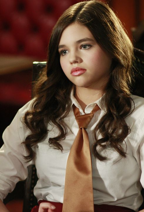 Mit einem gefälschten Ausweis hat sich Ashley (India Eisley) einen Job in einem Restaurant besorgt, doch es dauert nicht lang, bis die Schwindelei a... - Bildquelle: 2008 DISNEY ENTERPRISES, INC. All rights reserved. NO ARCHIVING. NO RESALE.