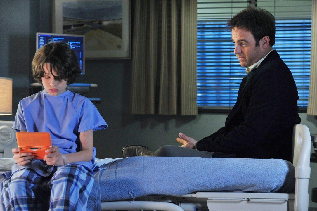 Die Behandlung von Oliver (Bobby Coleman, l.) bringt Cooper (Paul Adelstein, r.) dazu, dass er ein eigenes Kindheitsproblem aufarbeitet, das vermutl... - Bildquelle: ABC Studios
