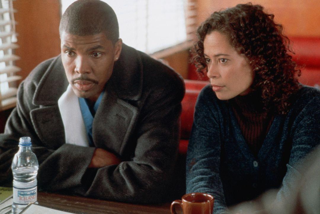 Als Cleo (Michael Michele, r.) und Benton (Eriq LaSalle, l.) abends nach Hause kommen, hat Kynesha die Wohnung verwüstet, ist Ceo ist außer sich. - Bildquelle: TM+  2000 WARNER BROS.