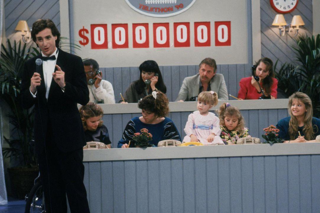 Danny (Bob Saget, vorne l.) bekommt eine große Chance, er darf eine 24-stündige Benefizsendung moderieren, doch plötzlich müssen D.J. (Candace Camer... - Bildquelle: Warner Brothers Inc.