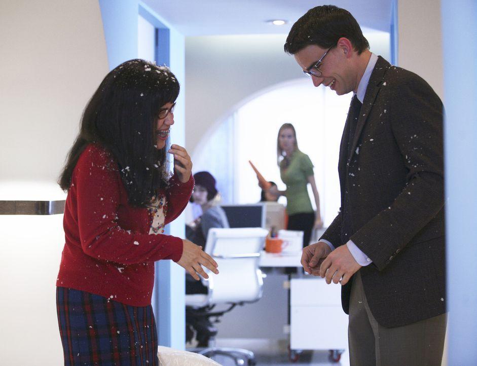 Betty (America Ferrera, l.) schwärmt heimlich für Henry (Christopher Gorham, r.) - obwohl sie noch mit Walter zusammen ist ... - Bildquelle: Buena Vista International Television