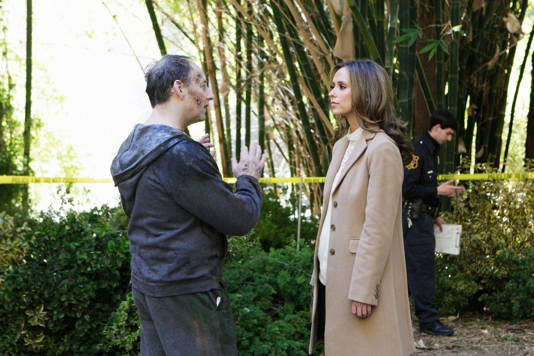 Nach und nach findet Melinda (Jennifer Love Hewitt, r.) heraus, dass die Geister aus dem See, darunter auch  Edwin Hathaway (Arye Gross, M.), sich f... - Bildquelle: ABC Studios