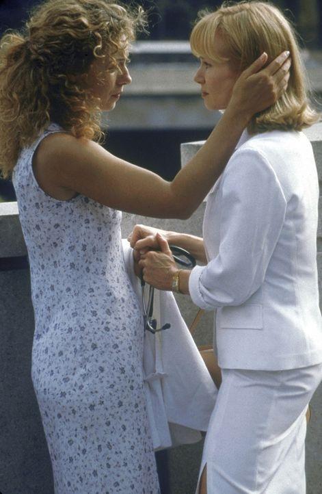 Corday (Alex Kingston, l.) spricht Elaine (Rebecca De Mornay, r.), der eine Brustoperation bevorsteht, Mut zu. - Bildquelle: TM+  2000 WARNER BROS.