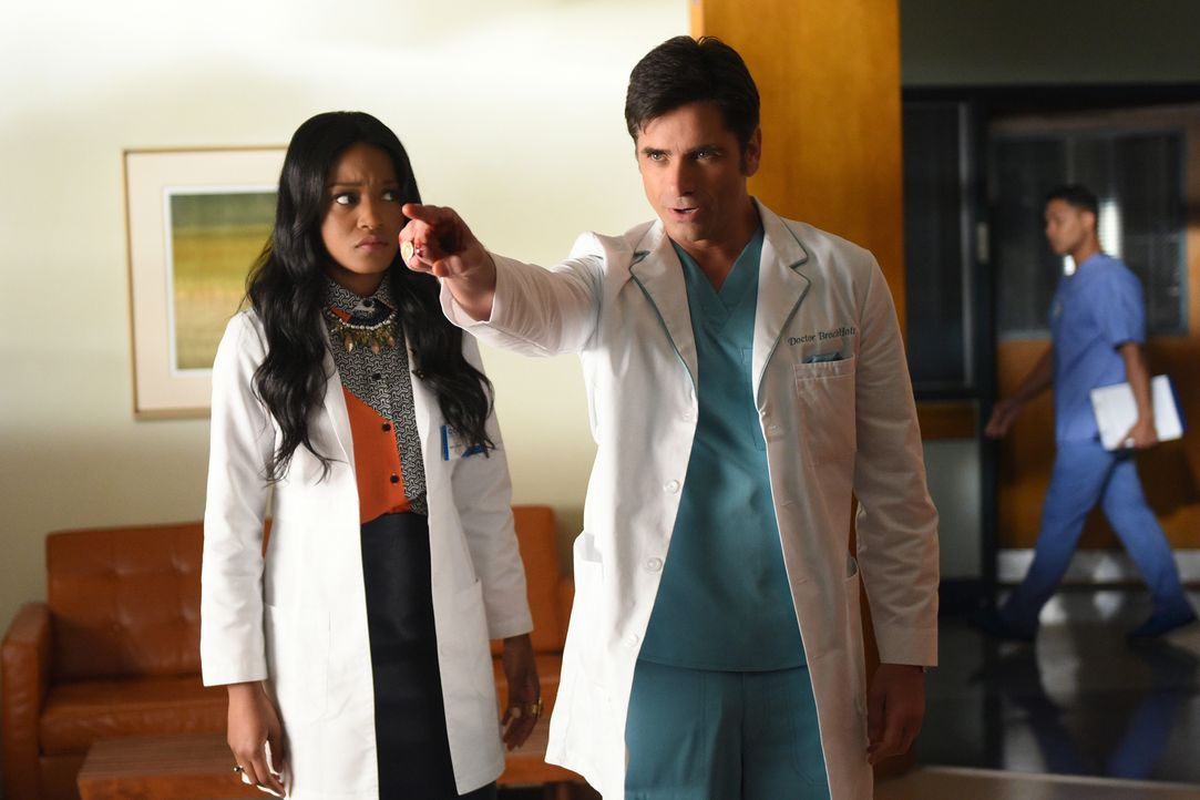 Während sich Zayday (Keke Palmer, l.) auf eine neue Chance stürzt, wie sie herausfinden kann, wer der Mörder ist, hat Brock (John Stamos, r.) damit... - Bildquelle: 2016 Fox and its related entities.  All rights reserved.