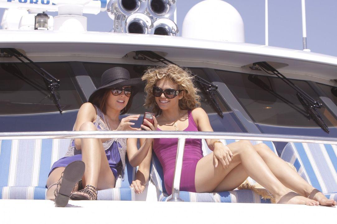 Silver (Jessica Stroup, l.) hält zu Naomi (AnnaLynne McCord, r.) - noch ... - Bildquelle: TM &   CBS Studios Inc. All Rights Reserved