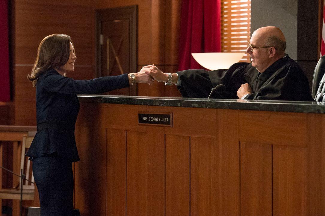 Kommen Alicia (Julianna Margulies, l.) und Richter Kluger (Jeffrey Tambor, r.) zu einem guten Ergebnis? - Bildquelle: David Giesbrecht 2013 CBS Broadcasting Inc. All Rights Reserved.