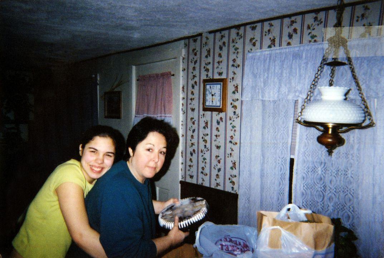 Das Verhältnis zwischen Jeanne (r.) und ihrer Tochter Nicole (l.) war immer gut, bis das junge Mädchen auf Billy Sullivan trifft.  Nachdem ihre Mutt... - Bildquelle: 2013 Oxygen Cable LLC. ALL RIGHTS RESERVED.
