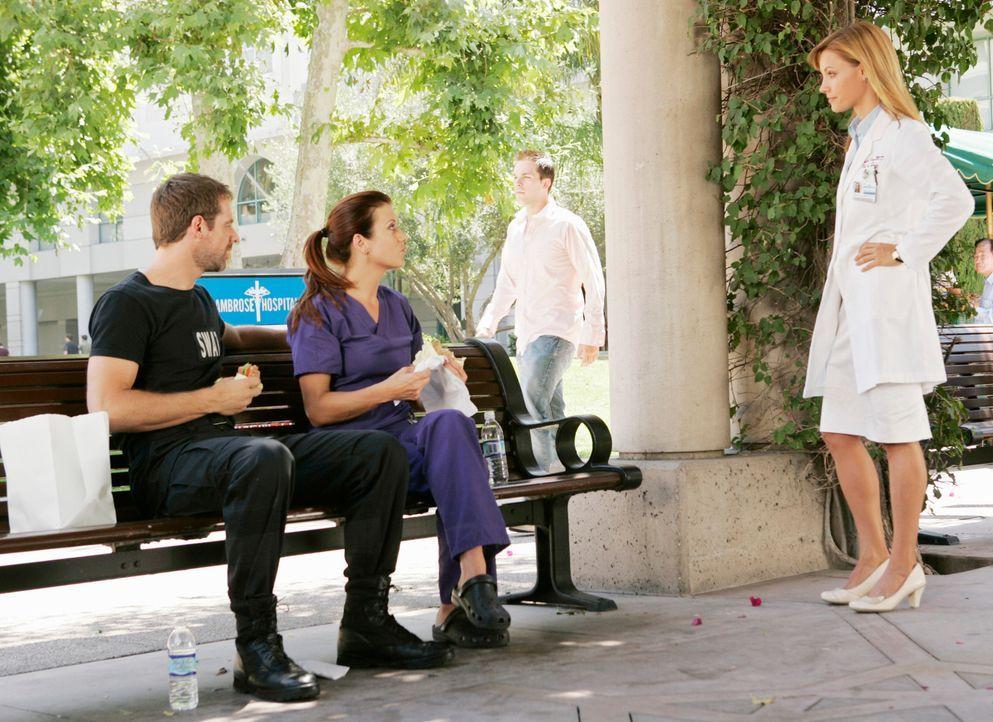 Addison (Kate Walsh, M.) versteht sich mit Kevin (David Sutcliffe, l.) wieder besser und erhält gleichzeitig das Job-Angebot von Charlotte (KaDee St... - Bildquelle: ABC Studios