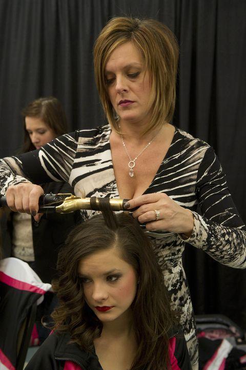 Letzte Vorbereitungen vor dem wichtigen Tanz: Brooke (vorne) und ihre Mutter Kelly (hinten) ... - Bildquelle: Barbara Nitke 2012 A+E Networks