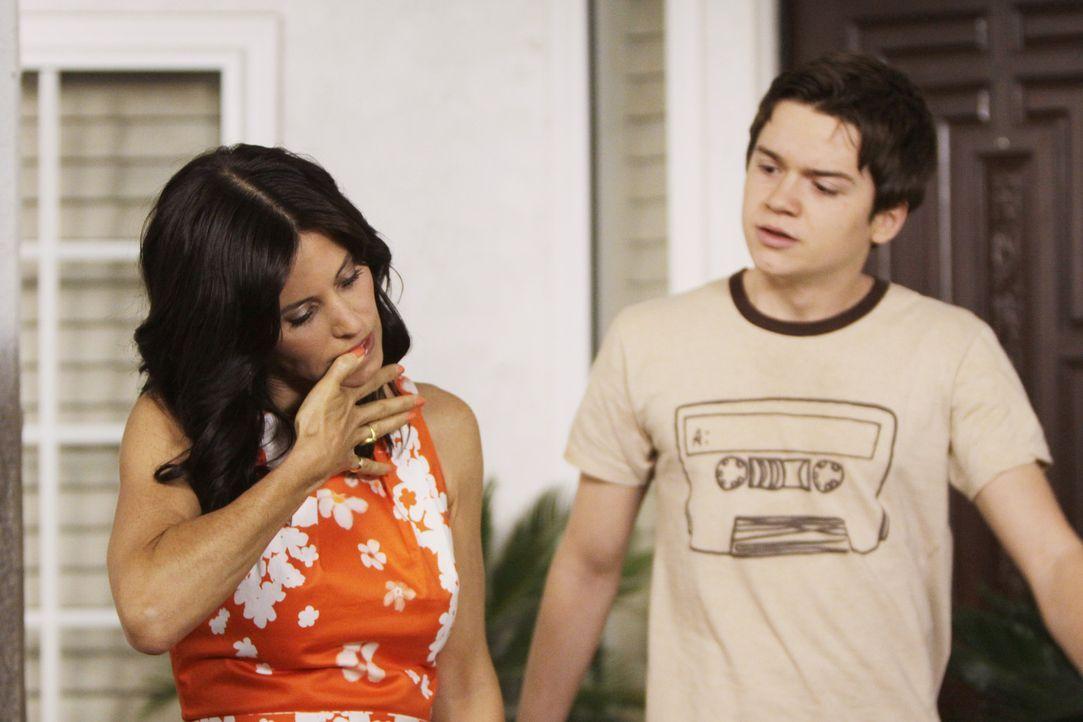 """Die 40-jährige Jules (Courteney Cox, l.) wohnt zusammen mit ihrem Sohn Travis (Dan Byrd, r.) in der Kleinstadt """"Cougar Town"""" in Florida. Die erfolg... - Bildquelle: 2009 ABC INC."""