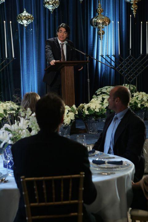 Hält für Ryan eine Rede: Sandy (Peter Gallagher) ... - Bildquelle: Warner Bros. Television