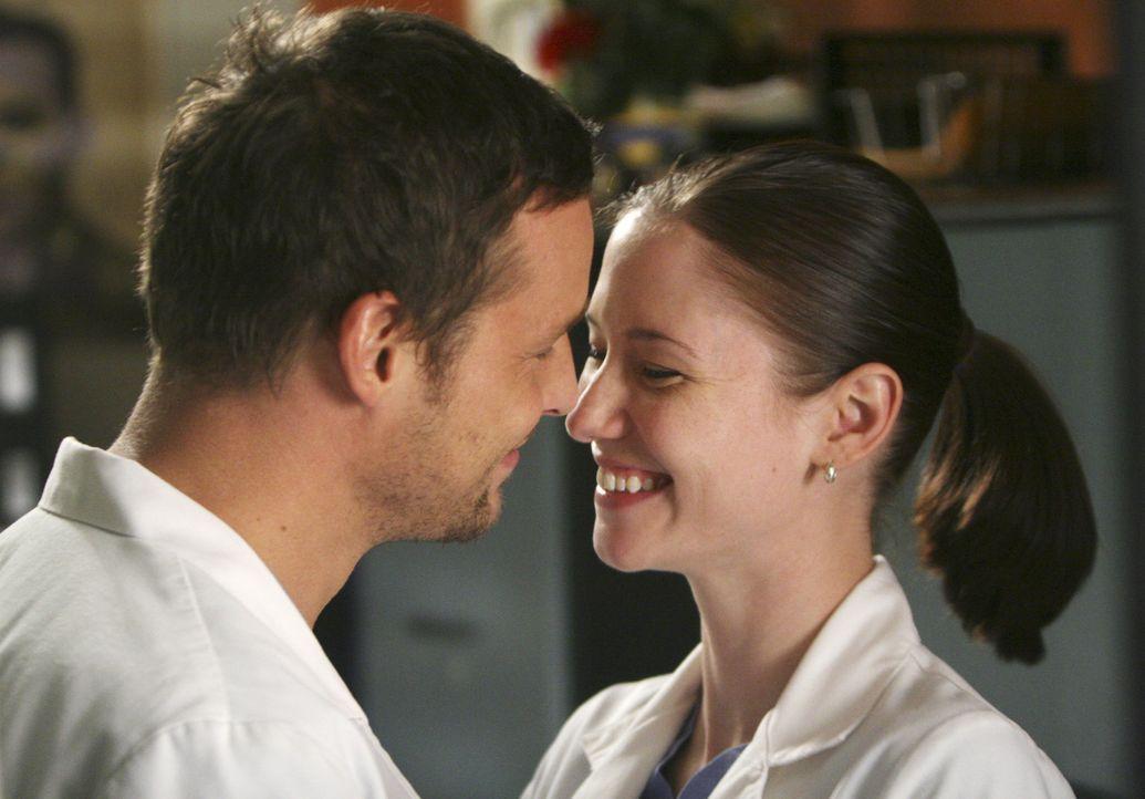 Sind glücklich miteinander: Alex (Justin Chambers, l.) und Lexie (Chyler Leigh, r.) ... - Bildquelle: Touchstone Television