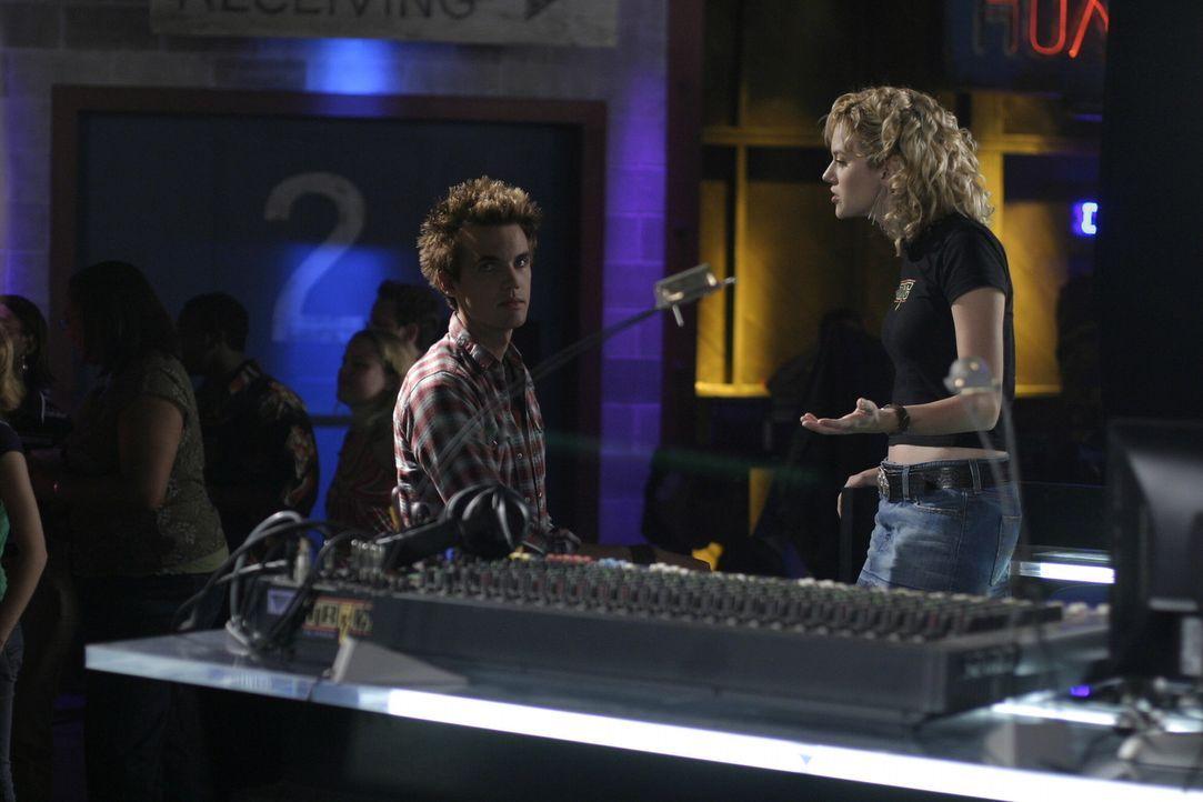 Bei der Cluberöffnung haben Peyton (Hilarie Burton, r.) und Chris (Tyler Hilton, l.) alle Hände voll zu tun ... - Bildquelle: Warner Bros. Pictures