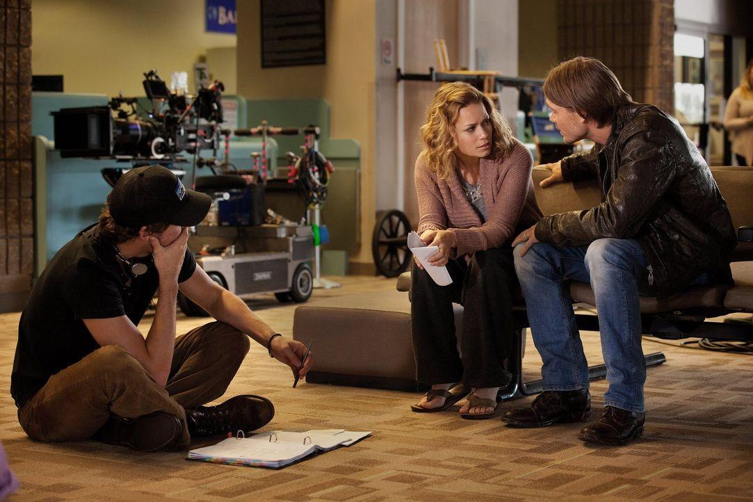 Während Haley (Bethany Joy Galeotti, M.) bei der Suche nach dem entführten Nathan Hilfe von Lucas (Chad Michael Murray, r.) bekommt, muss Brooke zu... - Bildquelle: Warner Bros. Pictures