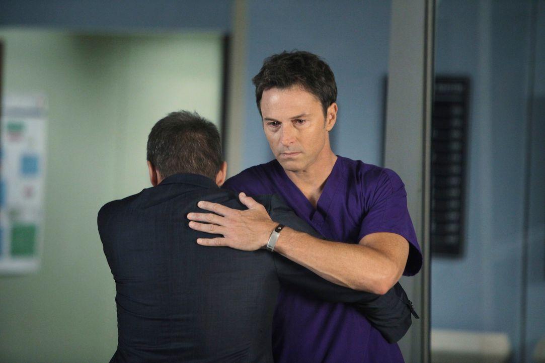 Nach der schrecklichen Tat von Katie machen sich Pete (Tim Daly, r.) und Sheldon (Brian Benben, l.) große Sorgen um Violet und das Baby ... - Bildquelle: ABC Studios