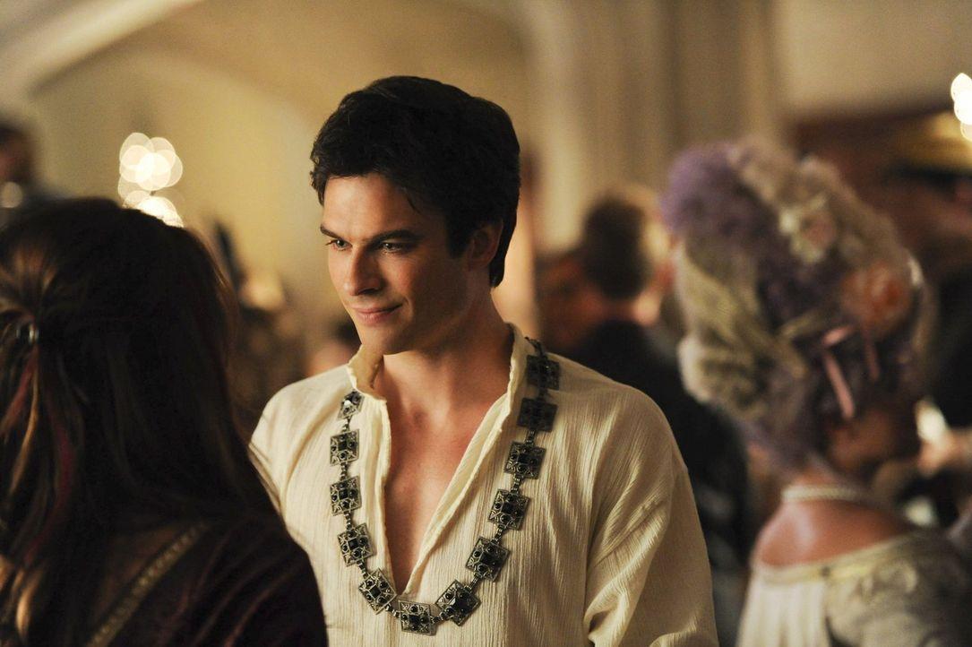Noch glaubt Damon (Ian Somerhalder, r.) eine schönen Abend mit seiner Freundin auf dem historischen Ball verbringen zu können ... - Bildquelle: Warner Brothers