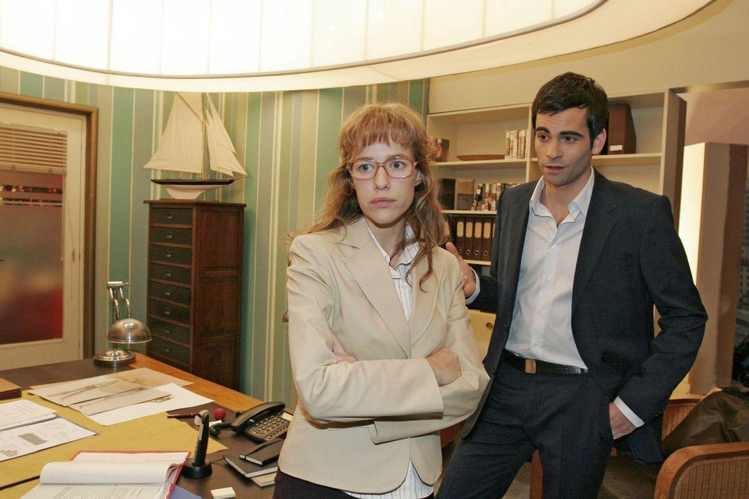 Lisa (Alexandra Neldel, l.) ist enttäuscht, als David (Mathis Künzler, r.) ihr mitteilt, dass sie weiterhin in der PR-Abteilung bei Mariella arbei... - Bildquelle: Sat.1