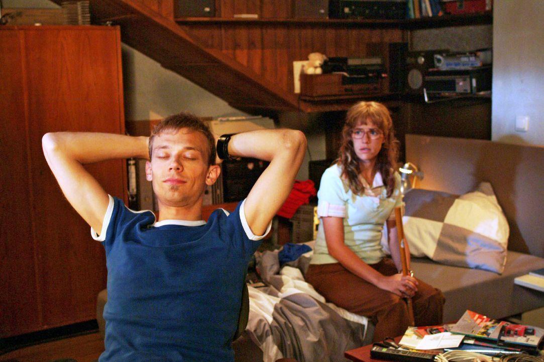 Als Lisa (Alexandra Neldel, r.) nach dem Spiel zu Jürgen (Oliver Bokern, l.) nach Hause mitkommt, ist die Stimmung zwischen ihnen immer noch gespann... - Bildquelle: Monika Schürle SAT.1 / Monika Schürle