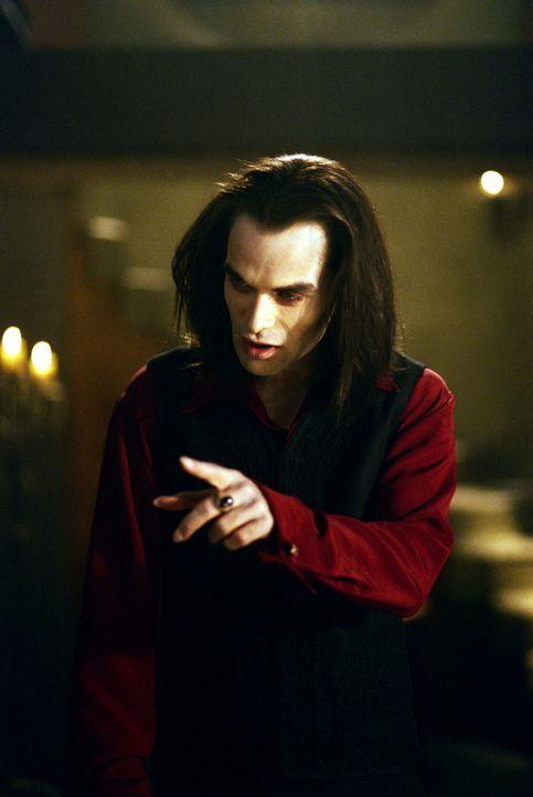 Der berühmteste Vampir der Welt, Dracula (Rudolf Martin), gibt sich in Sunnydale die Ehre. - Bildquelle: TM +   2000 Twentieth Century Fox Film Corporation. All Rights Reserved.