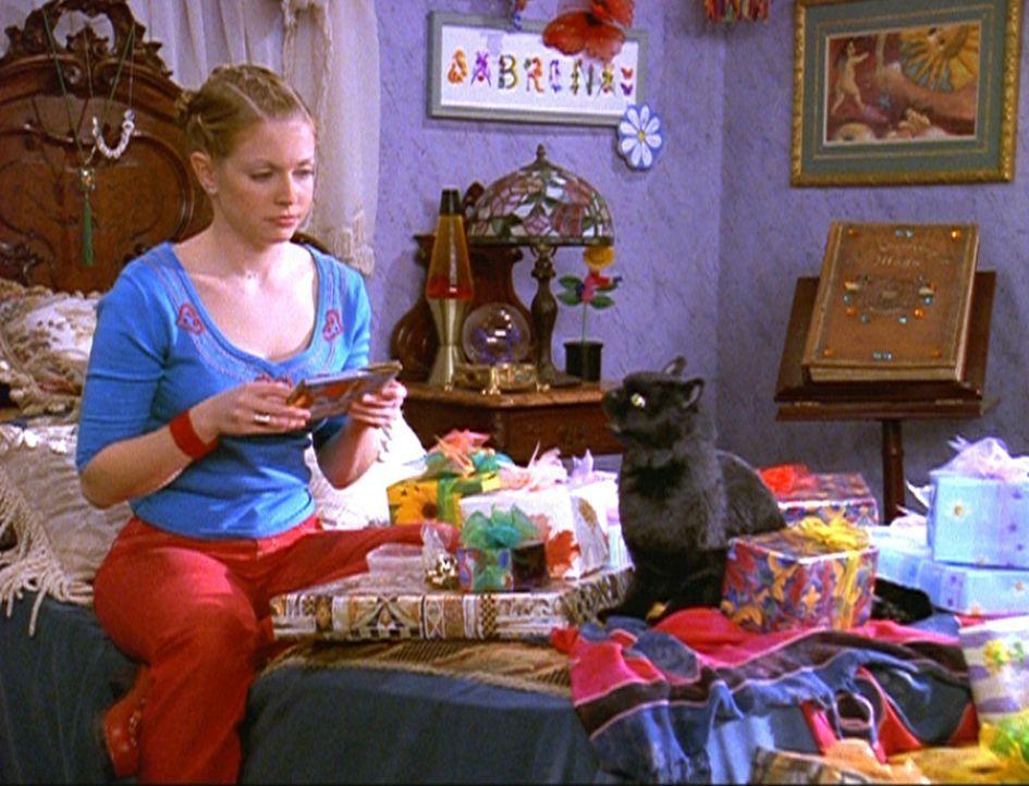 Salem hilft Sabrina (Melissa Joan Hart) beim Auspacken der Geschenke, die sie anlässlich ihres Highschool-Abschlusses bekommen hat. - Bildquelle: Paramount Pictures