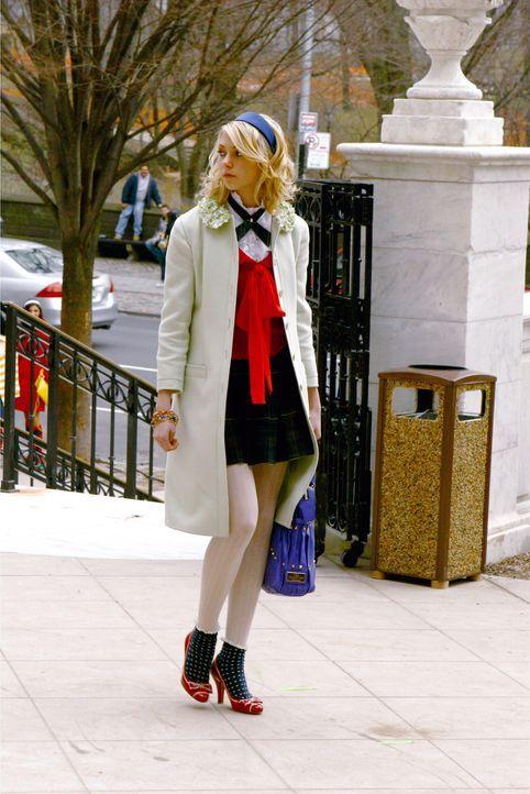 Jenny (Taylor Momsen) ist während der Ferien in die Liga der Beliebten aufgestiegen, muss dafür allerdings einige gefährliche und illegale Aufgab... - Bildquelle: Warner Bros. Television