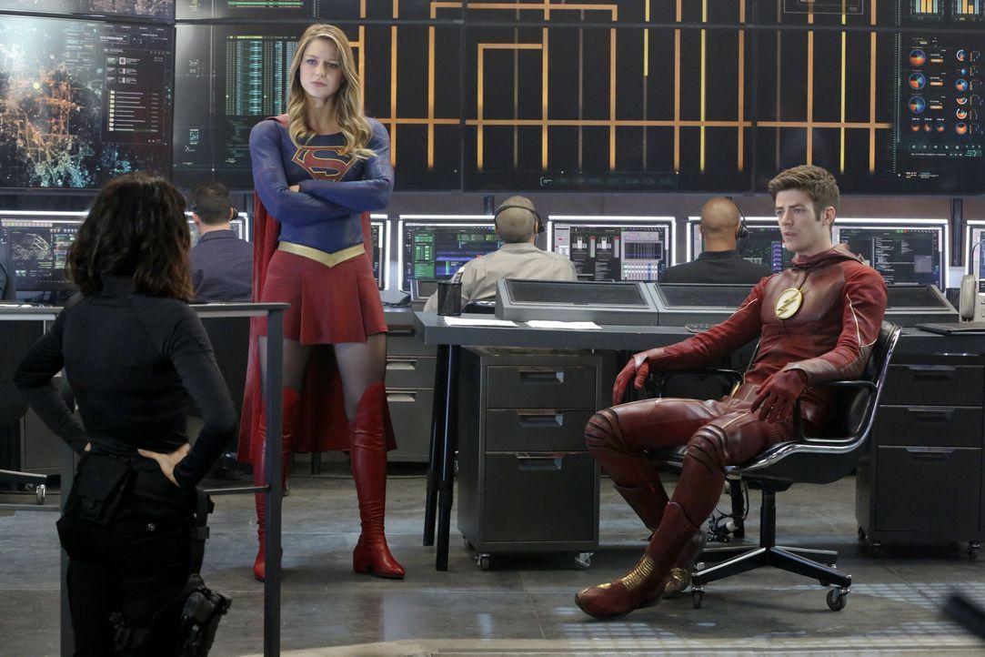 Supergirl (Melissa Benoist, M.) schließt eine Allianz mit Barry Allen alias the Flash (Grant Gustin, r.). Der aus einer anderen Welt stammende Held... - Bildquelle: 2015 Warner Bros. Entertainment, Inc.