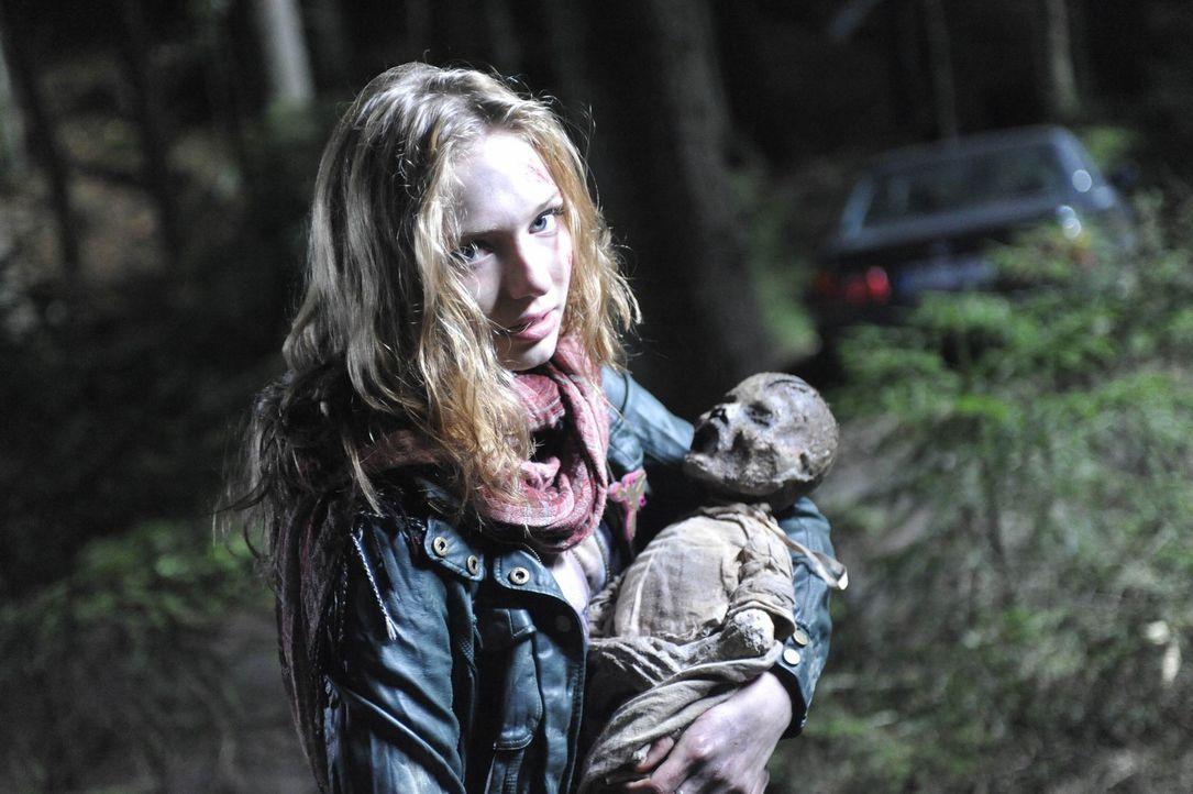 Ist überzeugt, als sie die Leiche des Babys der Hexe Hepzibah findet, dass der mörderische Spuk ein Ende hat: Kirsten (Eleanor Tomlinson) ... - Bildquelle: Ibra Ibrahimovic ProSieben