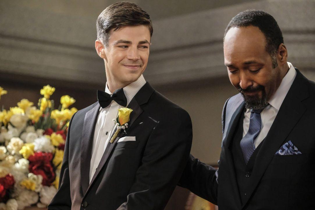 Eigentlich sollte die Hochzeit ein Fest der Liebe werden, doch dann verwandelt sich die Zeremonie für Barry (Grant Gustin, l.), Joe (Jesse L. Martin... - Bildquelle: 2017 Warner Bros.