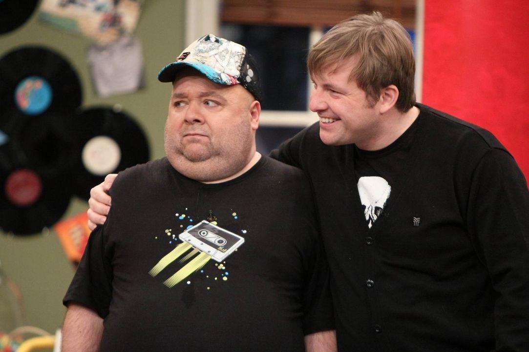 Dirk Bach (l.) und Martin Klempnow (r.) wollen mit Jürgen auf seinen neuen Werbevertrag anstoßen. - Bildquelle: Frank Hempel SAT 1