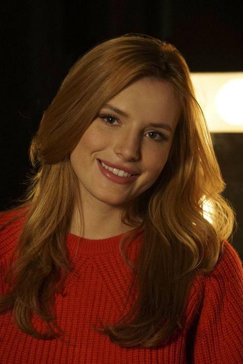 (1. Staffel) - Paige Townsen (Bella Thorne), eine junge College-Studentin, ergattert in einem öffentlichen Casting überraschend die weibliche Hauptr... - Bildquelle: Warner Bros.