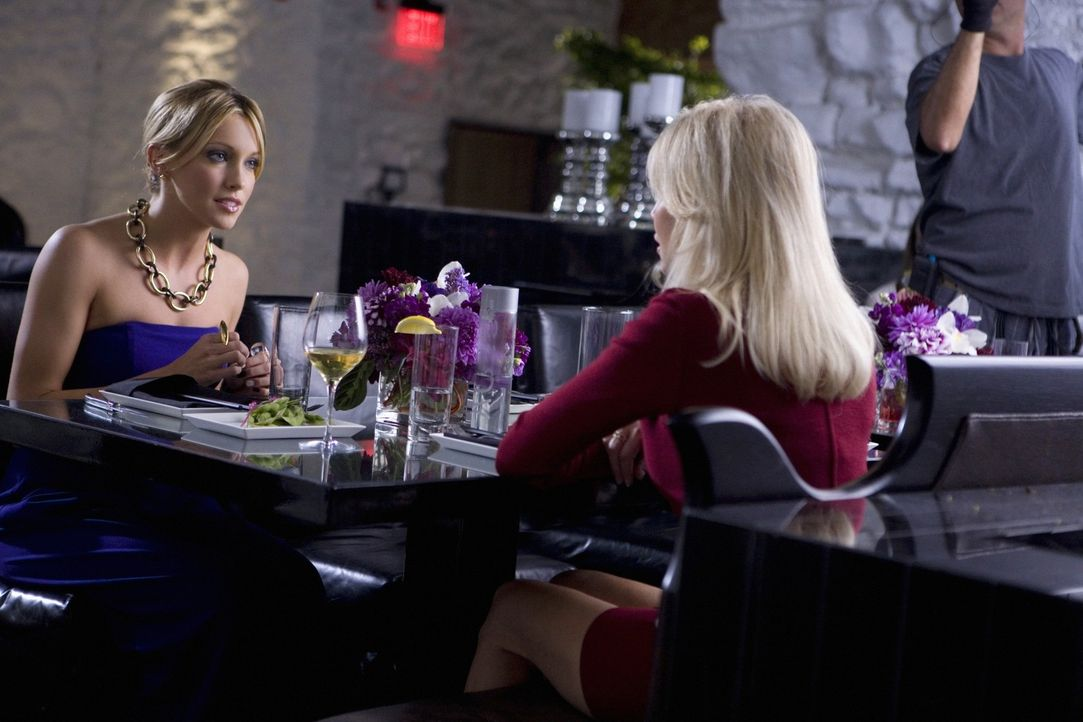 Die intrigante Amanda (Heather Locklear, r.) setzt Ella (Katie Cassidy, l.) das Messer auf die Brust... - Bildquelle: 2009 The CW Network, LLC. All rights reserved.