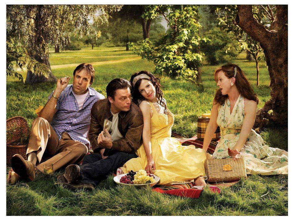 (3. Staffel) - Picknick unter Nachbarn: Doug Wilson (Kevin Nealon, l.), Andy (Justin Kirk, 2.v.l.), Nancy (Mary-Louise Parker, 2.v.r.) und Celia (El... - Bildquelle: Lions Gate Television