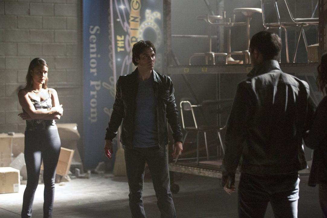 Sybil (Nathalie Kelley, l.) will ihre Macht über Damon (Ian Somerhalder, M.) und Enzo (Michael Malarkey, r.) um jeden Preis ausweiten, während Alari... - Bildquelle: Warner Bros. Entertainment, Inc.