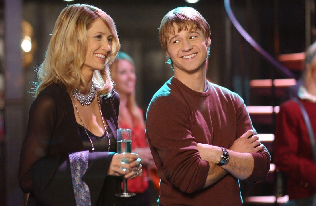 Kirsten (Kelly Rowan, l.) ist gerührt, als eine große Party für sie und Sandy anlässlich ihres 20. Hochzeitstages gegeben wird. Ryan (Benjamin M... - Bildquelle: Warner Bros. Television