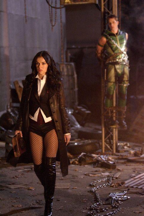 Die Erfüllung von Chloes Wunsch, wie Lois zu sein, war für die Zauberin Zatanna (Serinda Swan, l.) Mittel zum Zweck. Sie schafft es, Oliver (Justin... - Bildquelle: Warner Bros.