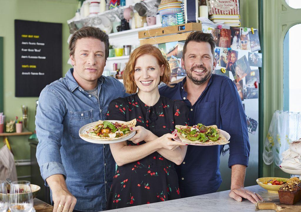 (v.l.n.r.) Jamie Oliver; Jessica Chastain; Jimmy Doherty - Bildquelle: Steve Ryan Jamie Oliver Productions, 2018 / Steve Ryan