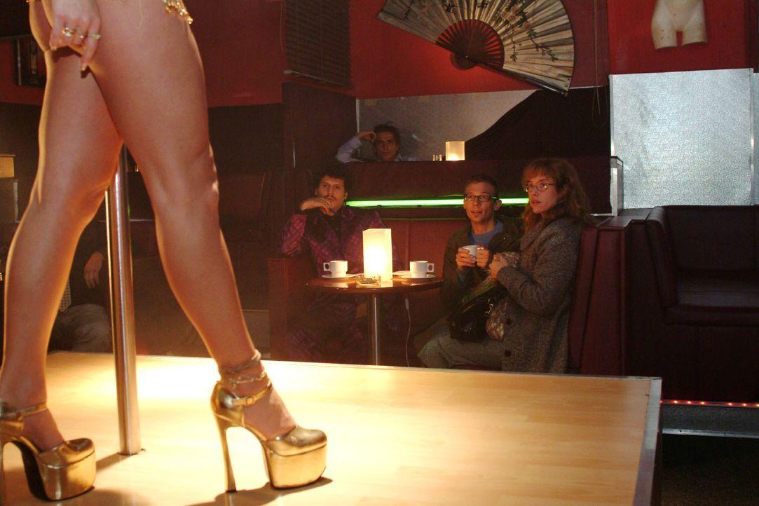 Im Gegensatz zu Rokko (Manuel Cortez, l.) und Jürgen (Oliver Bokern, M.) kann Lisa (Alexandra Neldel, r.) der Tabledance-Bar nicht viel abgewinnen.... - Bildquelle: Monika Schürle SAT.1 / Monika Schürle