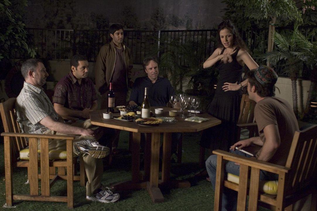 Die neuen Geschäftspartner treffen sich zu einer Besprechung: Dean (Andy Milder, l.), Alejandro (Vincent Laresca, 2.v.l.), Sanjay (Maulik Pancholy,... - Bildquelle: Lions Gate Television