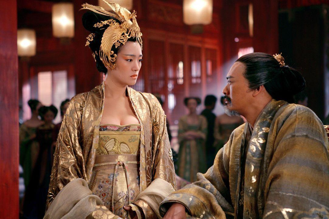 Kaiserin Phoenix (Gong Li, l.) ist nicht sehr begeistert von der plötzlichen Rückkehr ihres Mannes (Chow Yun Fat, r.) … - Bildquelle: TOBIS Film