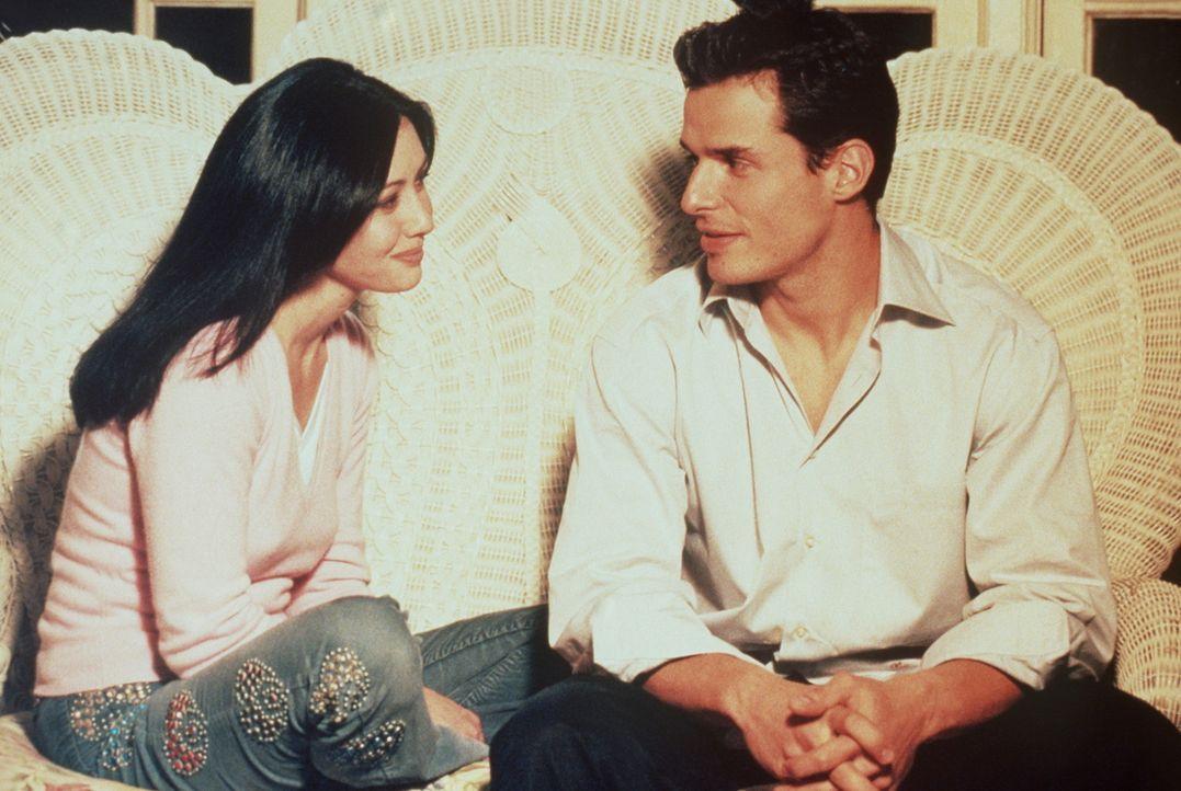 In seiner Not entführt Bane (Antonio Sabàto jr., r.) Prue (Shannen Doherty, l.) und bittet sie um Hilfe. - Bildquelle: Paramount Pictures