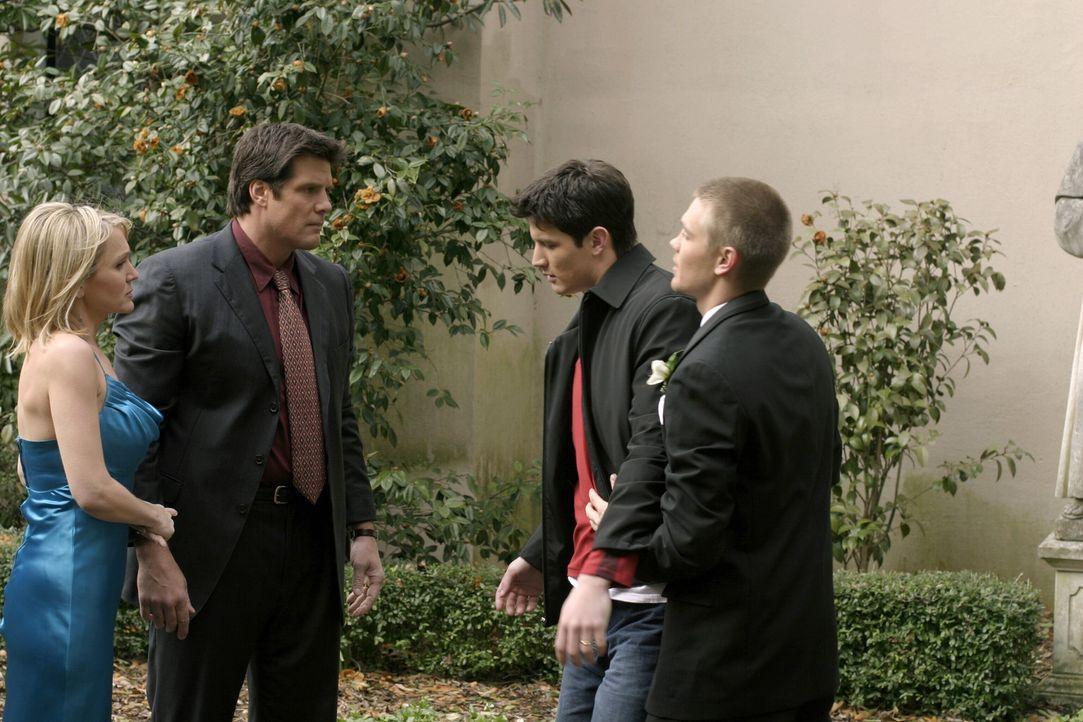 Nathan (James Lafferty, 2.v.r.) taucht völlig betrunken vor der Kirche auf. Lucas (Chad Michael Murray, r.), Deb (Barbara Alyn Woods, l.) und Dan (... - Bildquelle: Warner Bros. Pictures
